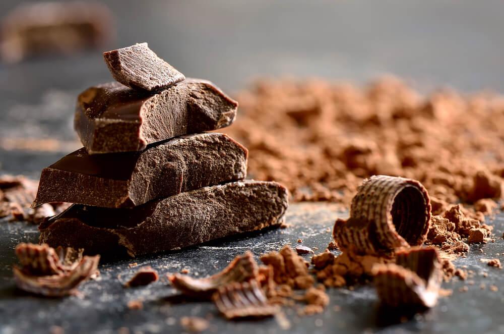 czekolada i okruchy na stole
